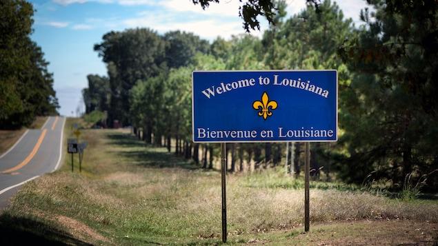 Une affiche sur une autoroute indique aux automobilistes qu'ils sont bienvenus en Louisiane, en anglais et en français.