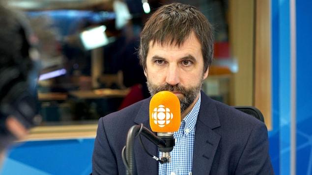 Le député libéral Steven Guilbeault donne une entrevue à ICI Première.