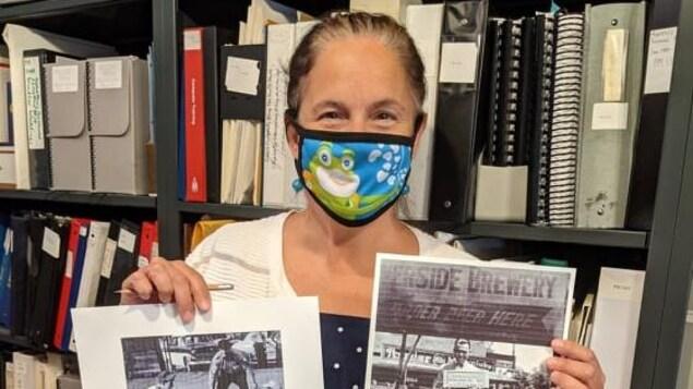 Madelyn Della Valle montre des archives du quartier Riverside