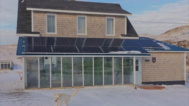 Une maison avec des panneaux solaires sur son toit