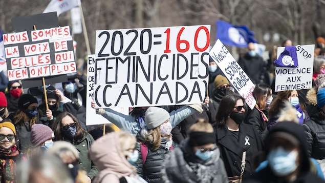 Une pancarte souligne qu'il eu 160 féminicides au Canada en 2020.
