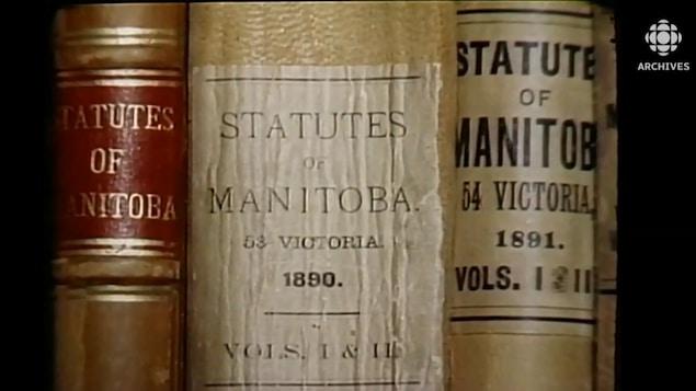Gros plan de deux recueils de lois du Manitoba datant de 1890 et de 1891.