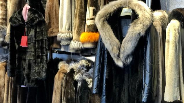 Des manteaux en boutiques.