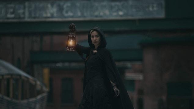 Une dame à la marche hantée de Toronto.