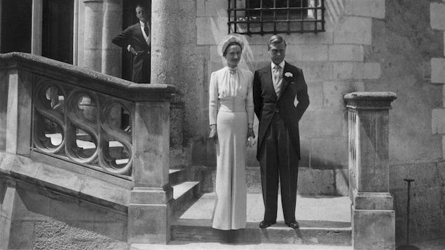 Édouard, duc de Windsor, et sa femme Wallis Simpson lors de leur mariage au château de Condé, en France, en juin 1937