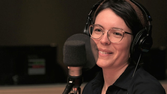 Marie-Andrée Gill souriant dans un studio de radio.