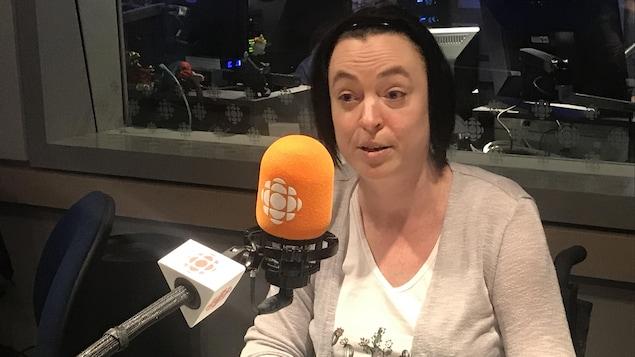 Marie-Sol St-Onge derrière un micro de Radio-Canada.
