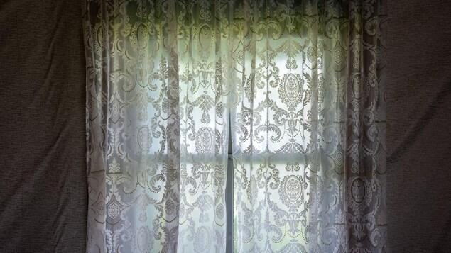Photo d'un rideau dans une fenêtre