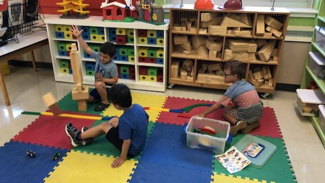 Des élèves de 4 ans jouent dans la classe