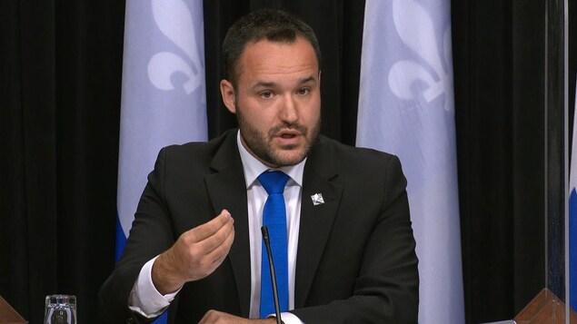 Mathieu Lacombe s'adresse aux journalistes.