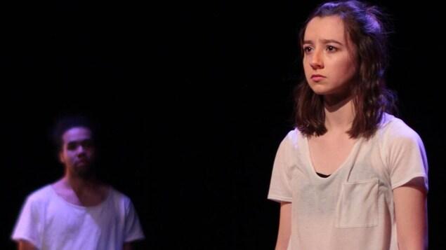 Émilie Camiré-Pecek sur scène avec un autre comédien.
