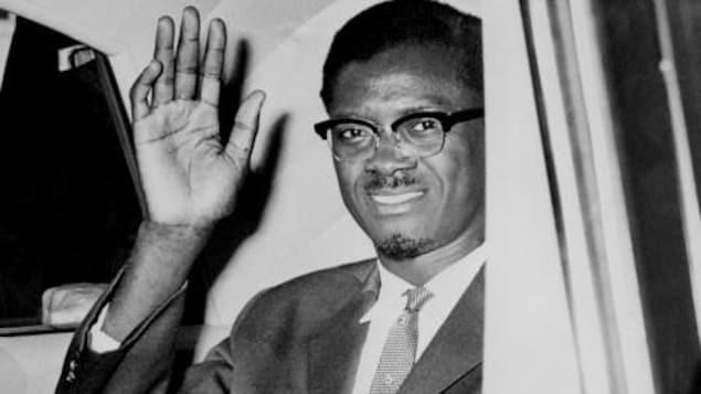 Patrice Lumumba envoie la main lors d'un voyage à New York le 2 août 1960.