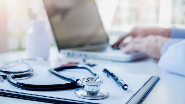 Un stéthoscope et médecin utilisant un ordinateur portable.