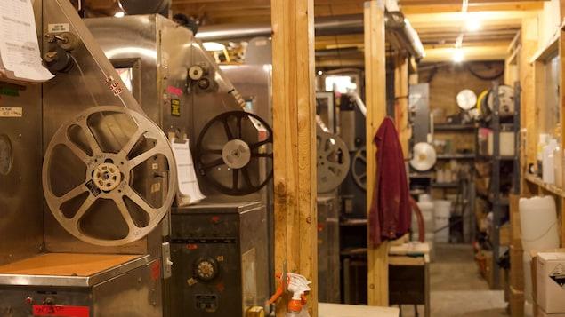 Les machines de développement de films photochimique chez Niagara Custom Labs à Toronto.