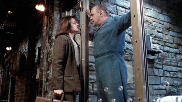 Image de l'actrice Jodie Foster dans le rôle de Clarice Starling, parlant à Anthony Hopkins qui incarne le tueur en série Hannibal Lecter. C'est une image du film The Silence of the Lambs.