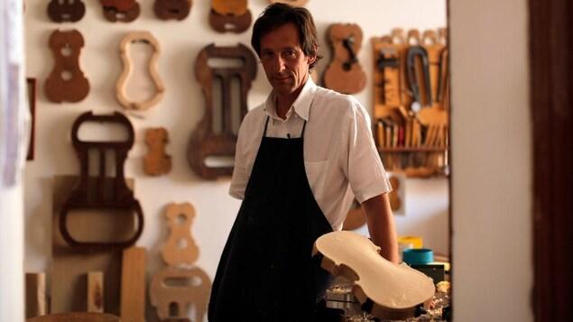 Le luthier Gaspar Borchardt dans son atelier de violon.