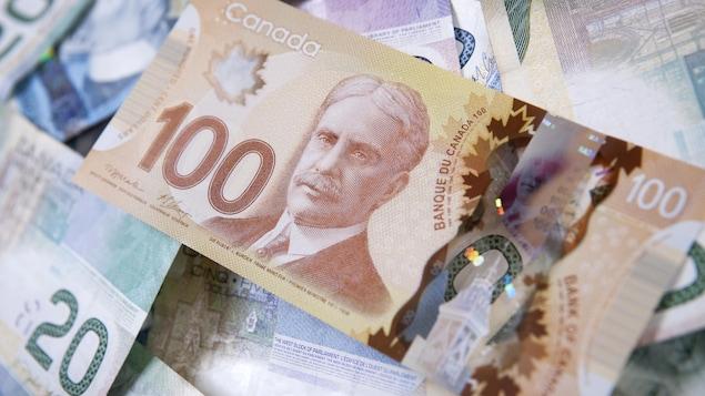Des billets de devises canadiennes.