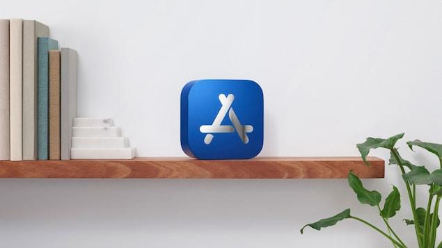 Le logo du App store posé sur une étagère.