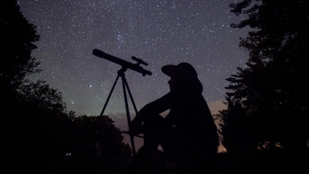 Un astronome amateur attend que la pluie de météorites des Perséides commence près de Bobcaygeon, en Ontario.