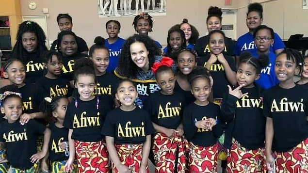 Photo de groupe de fillettes portant un t-shirt avec l'inscription «Afiwi».