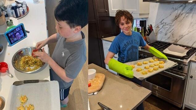 Deux garçons préparent des recettes de croquettes aux légumes.