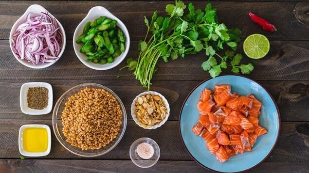 Mise en place d'une salade d'orge et des morceaux de saumon.