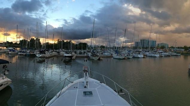 Vue de la marina à partir d'un bateau.