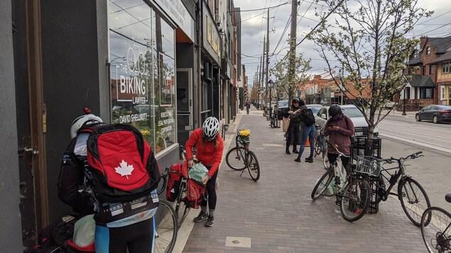 Des cyclistes en face des locaux de la Toronto Bike Brigade.