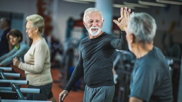 Des aînés s'entraînent dans un gym.