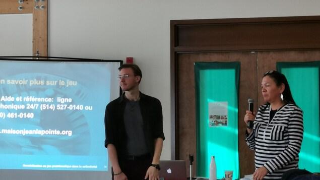 L'intervenant Max Teisseires, de la Maison Jean Lapointe, en conférence pour la Semaine de prévention des dépendances à Ekuanitshit-Mingan