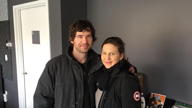 Photo de Maxime Denommée et d'Éveline Gélinas dnas les studio de Radio-Canada Sudbury.