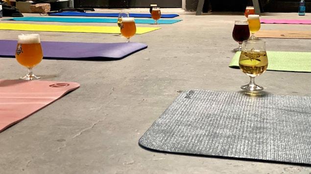 Des tapis de yoga et des verres de bière.