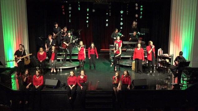 Les membres de la chorale Café chantant de l'école secondaire catholique Algonquin de North Bay lors d'une performance