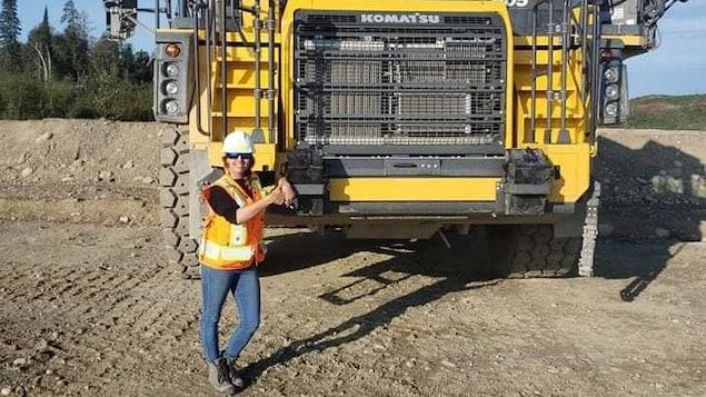 Cindy devant un gros camion.