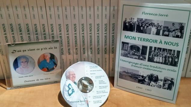 Plusieurs exemplaires du livre « Mon terroir à nous » et le disque compact qui l'accompagne