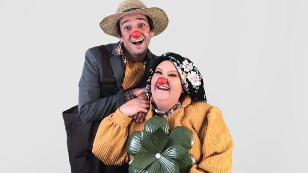 Les deux clowns souriants habillés comme des paysans.