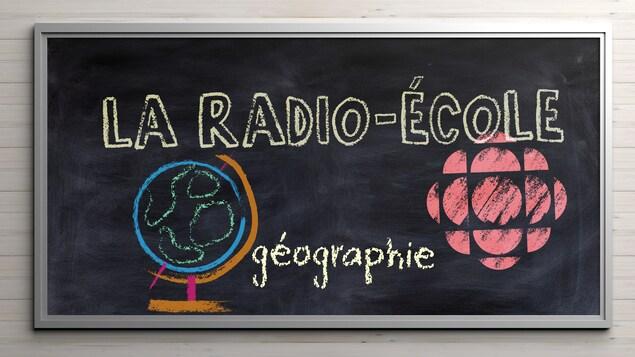 Un tableau noir d'école présente un logo de Radio-Canada et une globe terrestre dessiné à la craie.