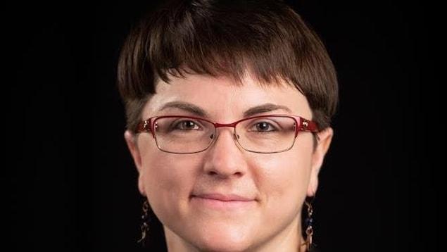 Une femme qui porte des lunettes