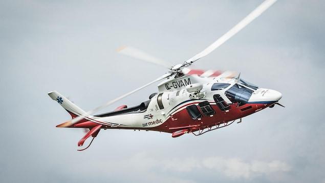 Un hélicoptère d'Airmedic est en plein vol en prévision d'une opération de sauvetage.