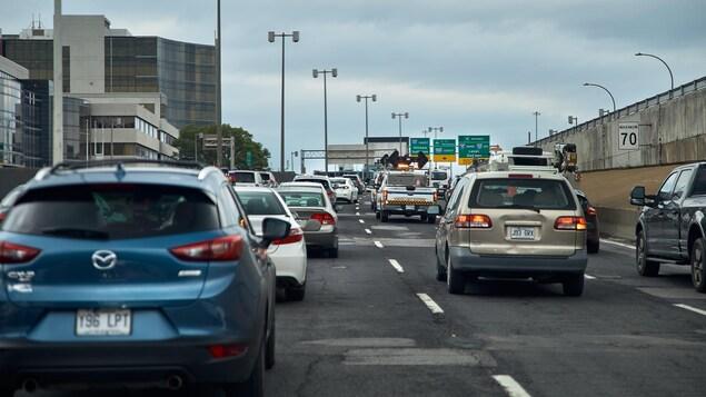 De nombreux véhicules sont coincés dans un embouteillage sur l'autoroute 40 à Montréal.