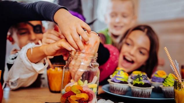 Des enfants mangent des bonbons.