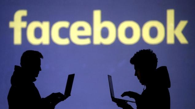 Des silhouettes de personnes se tiennent debout devant un logo Facebook.