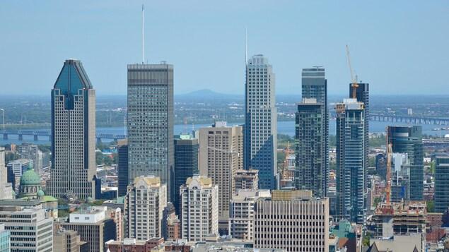 Une vue aérienne montre des gratte-ciel à Montréal.