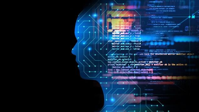 Une silhouette humaine avec un design de circuit imprimé, avec des lignes e code qui flottent par-dessus.