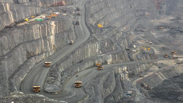 Une photo aérienne est prise de la fosse à ciel ouvert de la mine Canadian Malartic
