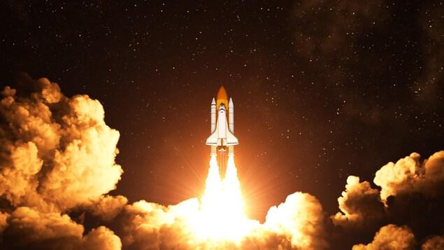 Une navette spatiale est propulsée vers le ciel pendant la nuit.
