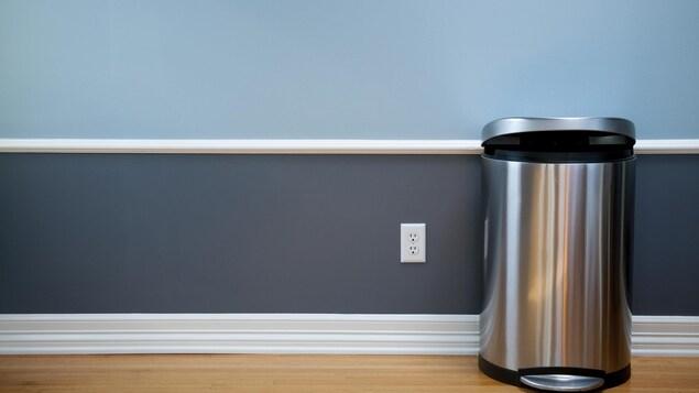 Une poubelle est vide dans une cuisine.