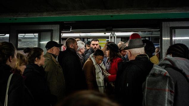 Des passagers coincés dans le métro.