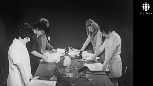 Hélène Loiselle, Denise Proulx, Janine Sutto font la lecture publique de la pièce de Michel Tremblay.