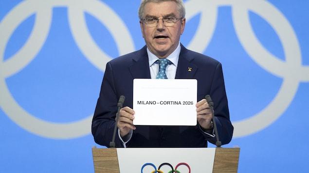 Le président du CIO, Thomas Bach, fait l'annonce de la ville hôte pour les Jeux Olympiques d'hiver de 2026